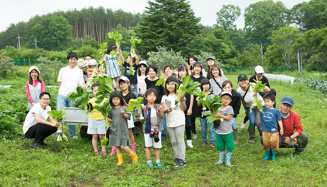 収穫体験の参加者集合写真